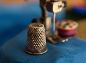 sewing-machine-and-thimble-1369661_1280